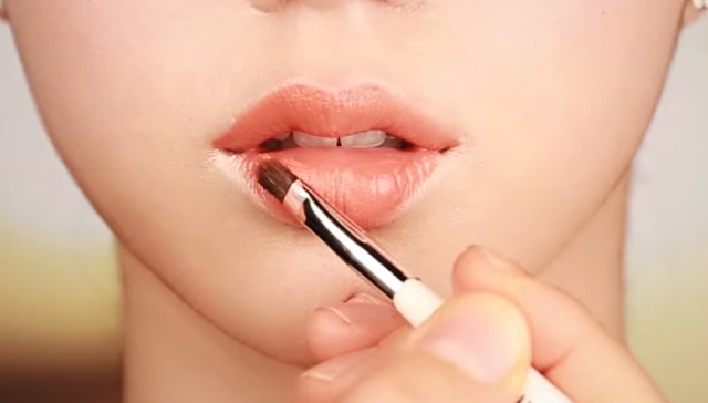 VOLUME LIP MAKEUP STEP 3 Image