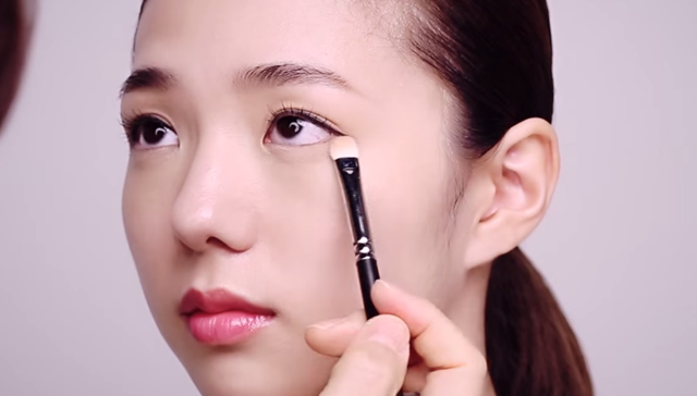 ② How to apply subtle shading eye shadow make-up STEP 1 Image