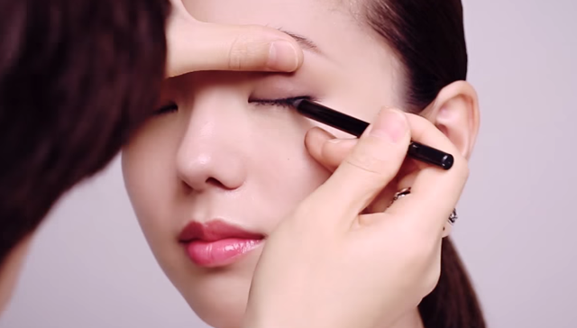 ② How to apply subtle shading eye shadow make-up STEP 3 Image