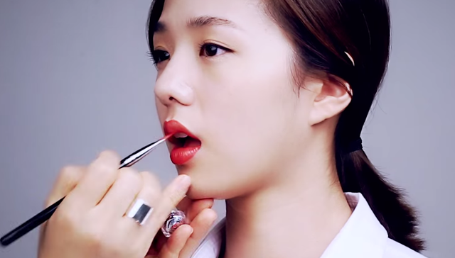 ③ Red lip makeup for autumn women STEP 3 Image