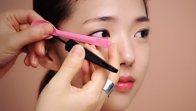 ① Eye makeup for the autumn woman STEP 1 Image