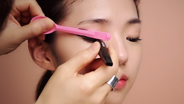① Eye makeup for the autumn woman STEP 2 Image