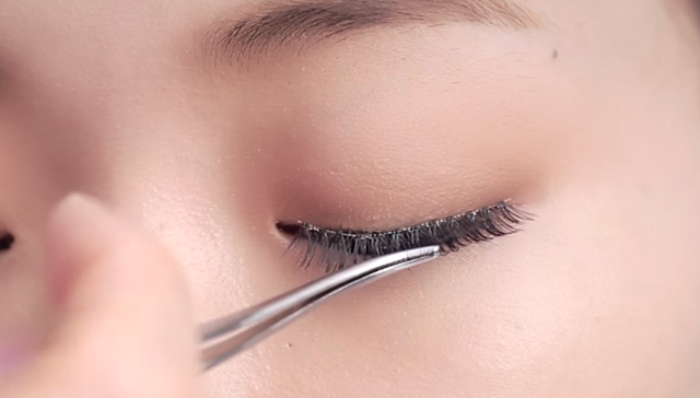 Natural eye lashes makeup technique STEP 1 Image