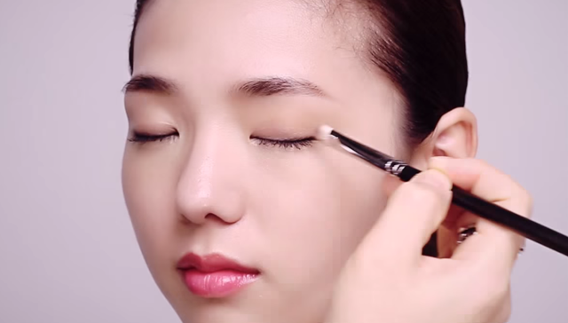 ② How to apply subtle shading eye shadow make-up STEP 2 Image